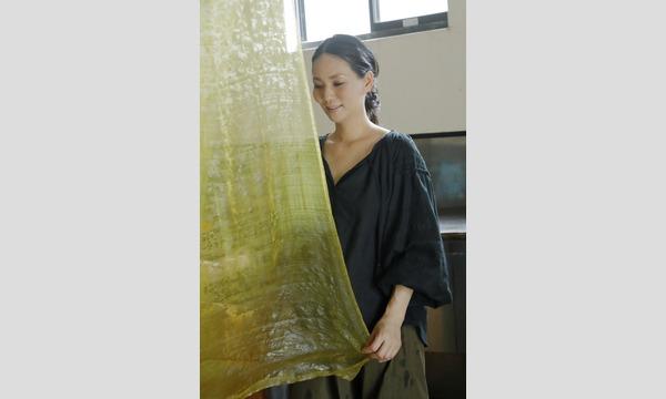 ジェイアール西日本伊勢丹の六代目と染司よしおかの工房で、染色の話と「写経用紙」を黄檗で染めるイベント